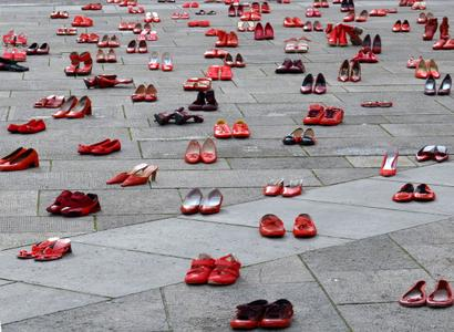 con udi e centro donna giustizia il percorso delle scarpe rosse simbolo della violenza sulle donne percorso delle scarpe rosse simbolo