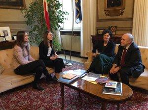 Incontro del sindaco Tiziano Tagliani con le le studentesse Arianna Travagli e Caterina Gottardi (5 EF del liceo artistico Dosso Dossi)